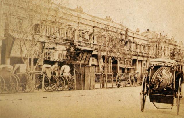 明治八年の銀座レンガ街と人力車