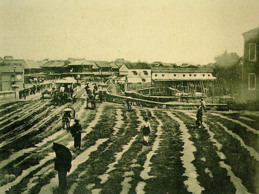 明治十六年(1883年)頃、水溜りの日本橋