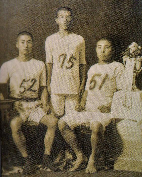 東京高等師範学校トリオで記念写真(52番・源三郎、75番・橋本三郎)。