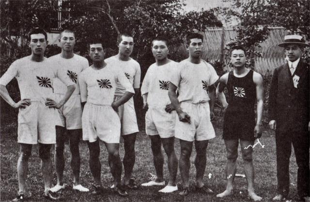 東京高等師範学校徒歩部学友たちと(中央・右から四人目が金栗)。